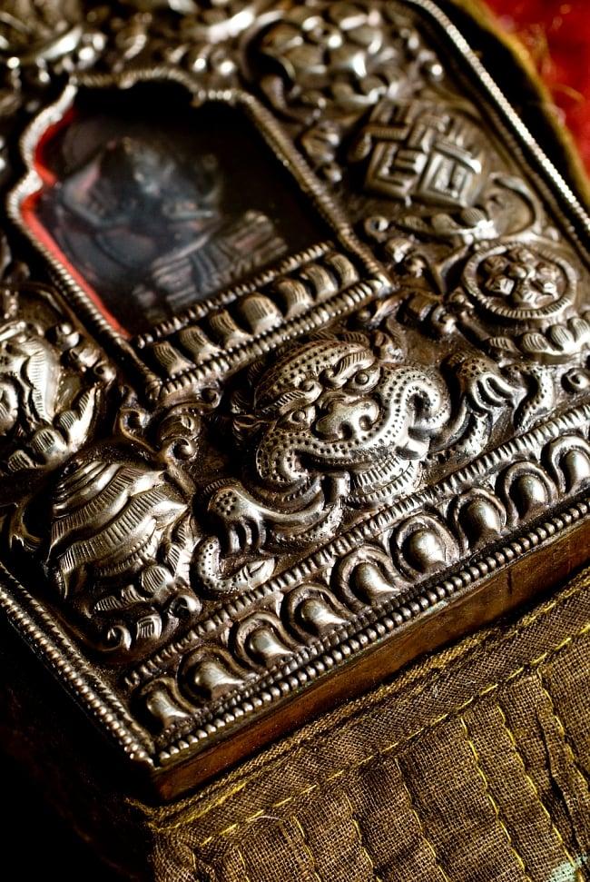 持ち運びができるチベット仏教の仏壇 ガウ(大) 4 - 商品株の彫込を拡大してみました。非常に存在感が有ります。