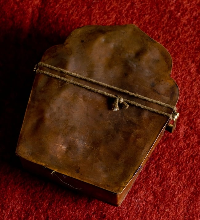 持ち運びができるチベット仏教の仏壇 ガウ(大) 7 - このように封がされています。