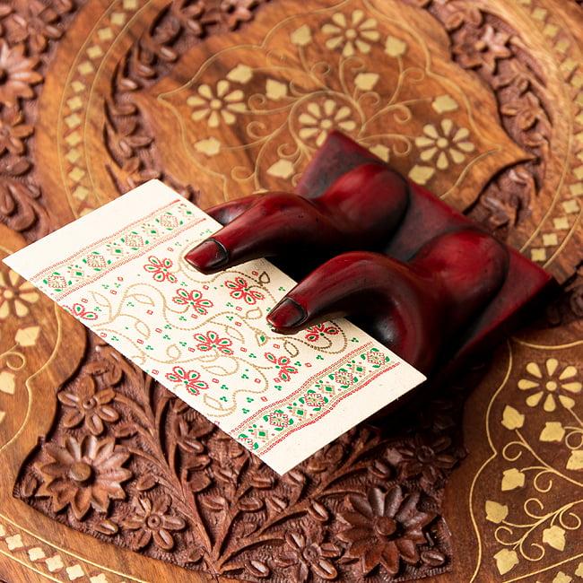 ネパールの名刺置き[赤] 2 - 指の間に名刺やカードを挟みます