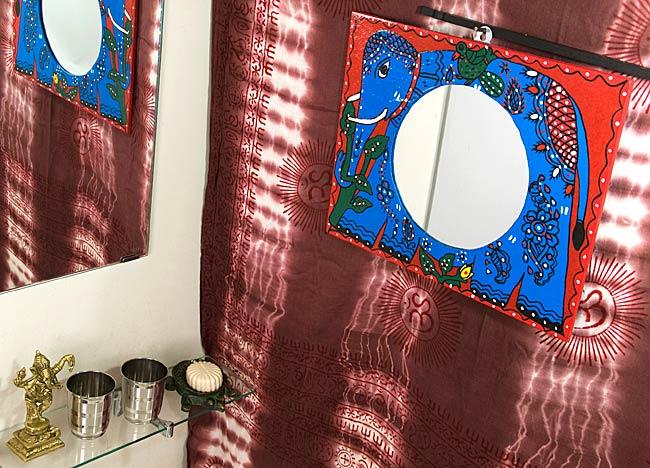 ミティラー画の壁掛け鏡 (四角型30x38cm)の写真4 - お部屋のアクセントにぴったり!