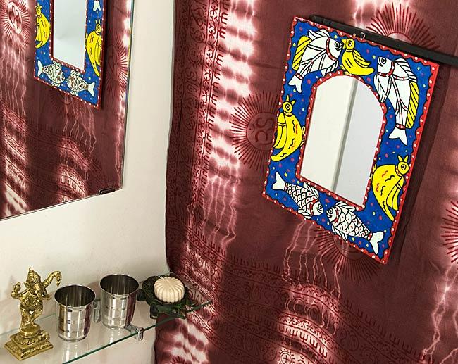 ミティラー画の壁掛け鏡 (四角型30.5x25.5cm)の写真4 - お部屋のアクセントにぴったり!