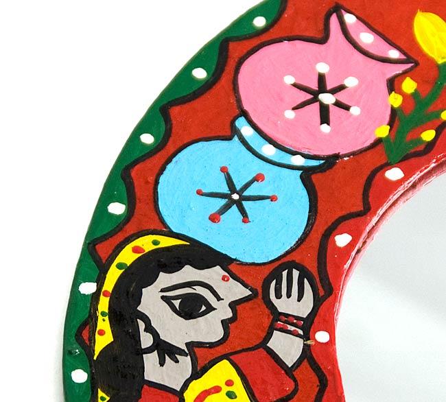 ミティラー画の壁掛け鏡 (丸型25.5cm)の写真2 - 手塗りならではの質感があります。
