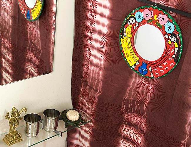 ミティラー画の壁掛け鏡 (丸型25.5cm)の写真4 - お部屋のアクセントにぴったり!