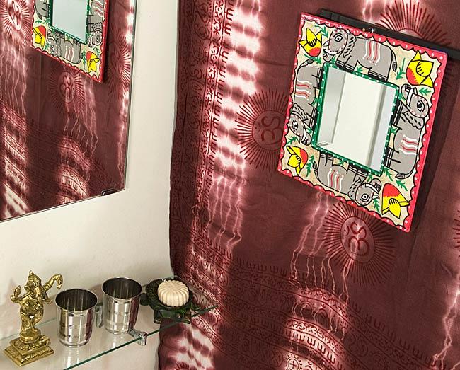 ミティラー画の壁掛け鏡 (四角型25.5x25.5cm)の写真4 - お部屋のアクセントにぴったり!