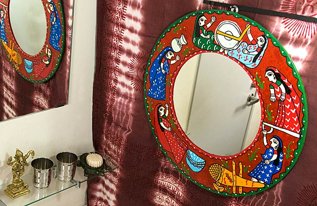 ミティラー画の壁掛け鏡 (丸型50cm)の写真4 - お部屋のアクセントにぴったり!