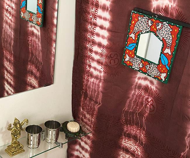 ミティラー画の壁掛け鏡 (四角型20.5x20.5cm)の写真4 - お部屋のアクセントにぴったり!