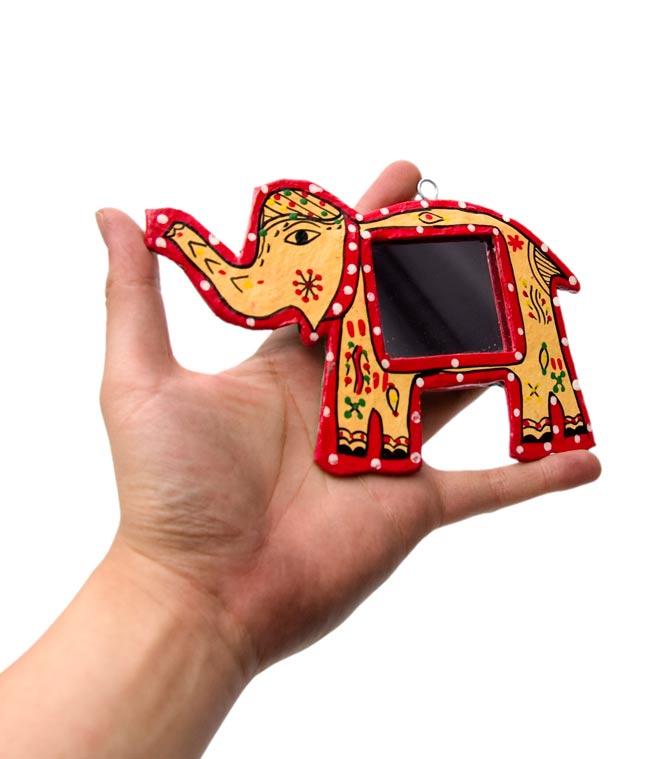 ミティラー画の壁掛け鏡 (象)の写真3 - 手に持ってみたところです。手鏡としてもかわいいですよ。