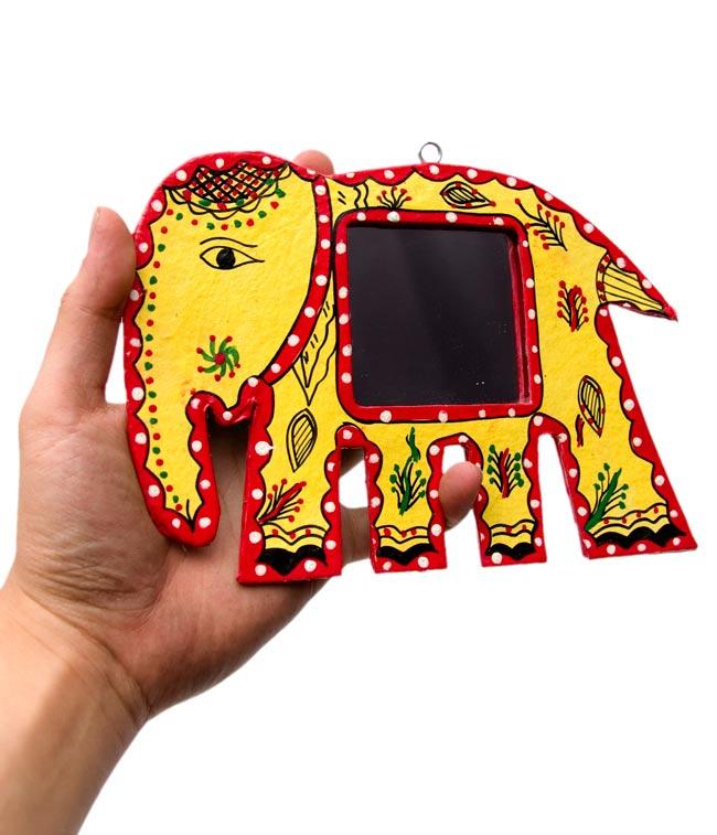 ミティラー画の壁掛け鏡 (象) - 大の写真3 - 手に持ってみたところです。手鏡としてもかわいいですよ。