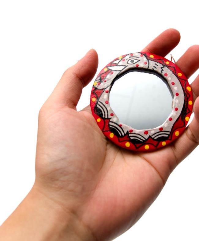 ミティラー画の壁掛け鏡 (丸型約7.5cm)の写真3 - 手に持ってみたところです。手鏡としてもかわいいですよ。