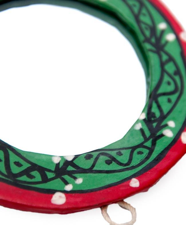 ミティラー画の壁掛け鏡 (丸型約7.5cm)の写真2 - こちらの輪っかを使えば、壁に掛けたりできるので用途が広がります!