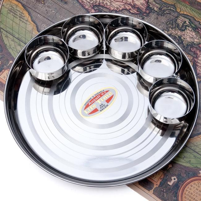"""【5点セット!】カレー小皿(約7.5cm×約4cm)の写真8 - 別売りの<A Href=""""http://www.tirakita.com/Zakka/ID-TLPLT-26"""">『【ID-TLPLT-26】カレー大皿 [31cm]-重ね収納ができるタイプ』</A>に、大きさ比較の為に乗せてみたところの写真です。"""