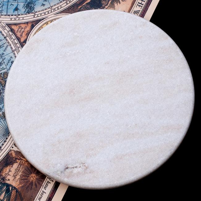 チャパティ用の台と麺棒のセット - 白 2 - チャパティ用の台 - マーブル製[白系][直径:約25cm、高さ:約2.5cm]の写真です