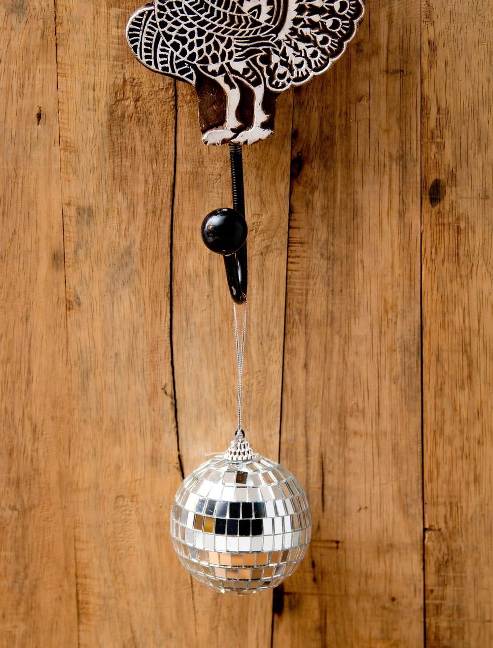 手のひらサイズのミラーボール パーティーなどの装飾へ[70mm] 3 - 紐がついているので、このように吊るして使えます。