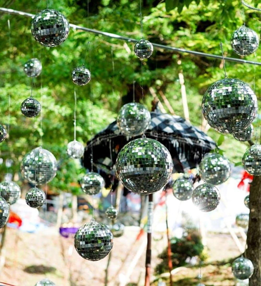 手のひらサイズのミラーボール パーティーなどの装飾へ[70mm] 7 - 当店のイベントでの使用例です。ライトを照らした時だけではなく、昼間でもかなり綺麗で存在感があります。写真では吊るのに針金を使っていますが、釣り用のテグスを使うと見えなくなってもっと素敵です。