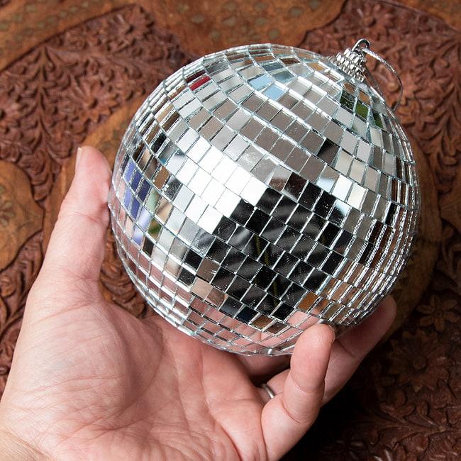 ミラーボール[120mm] 5 - 当店のイベントでの使用例です。ライトを照らした時だけではなく、昼間でもかなり綺麗で存在感があります。写真では吊るのに針金を使っていますが、釣り用のテグスを使うと見えなくなってもっと素敵です。