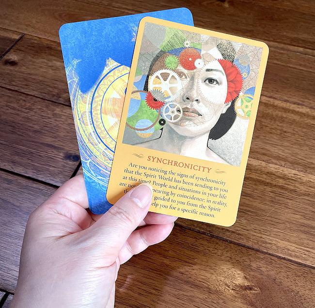 スピリットメッセージオラクルカード - THE SPIRIT MESSAGES ORACLE CARDS 4 - サイズ比較のために手に持ってみました