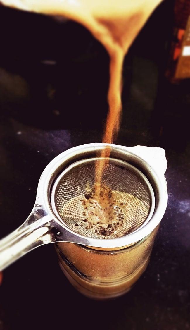 チャイ用の茶こし器[約23.5cm]の写真7 - このように茶こしとして、本場のチャイ屋さんで使われています。