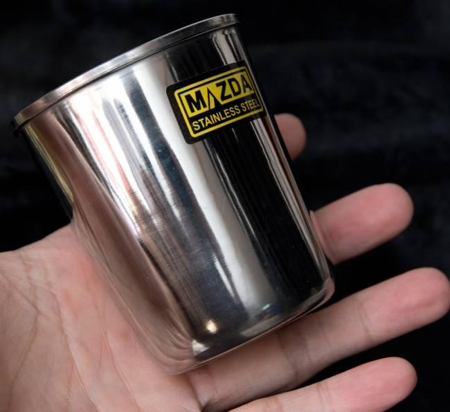 涼しげな音の鳴る ステンレスのチャイカップ [直径:約7cm×高さ:約8cm] 5 - 大きさを感じて頂くため、手に持ってみました。