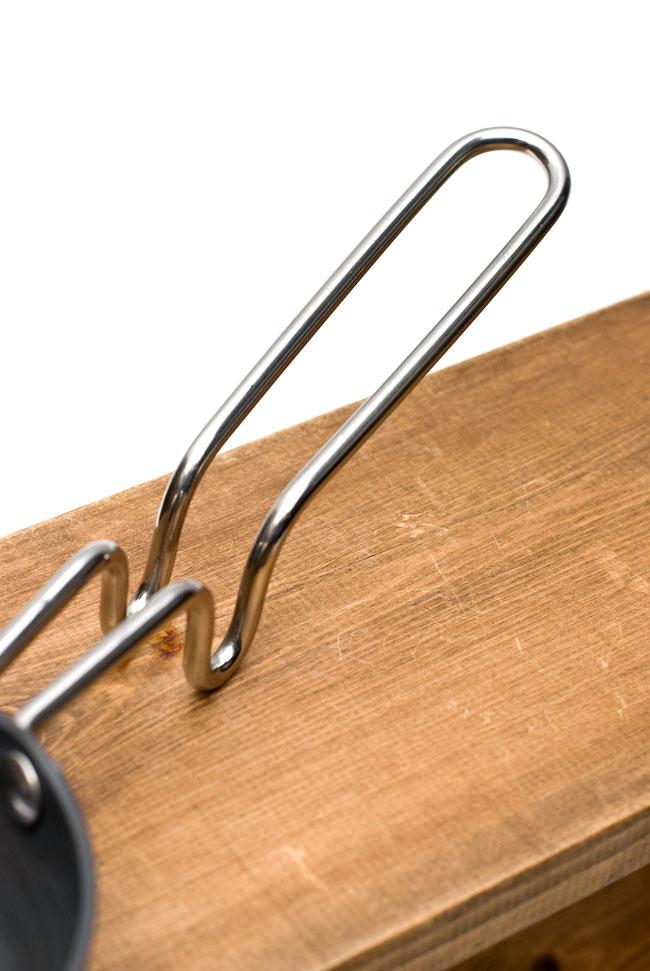 タルカパン[中] 黒 ノンスティック【28.5cm】インド料理でスパイスをテンパリングする調理器具 3 - 取っ手の部分です。円曲している部分が支えになります。