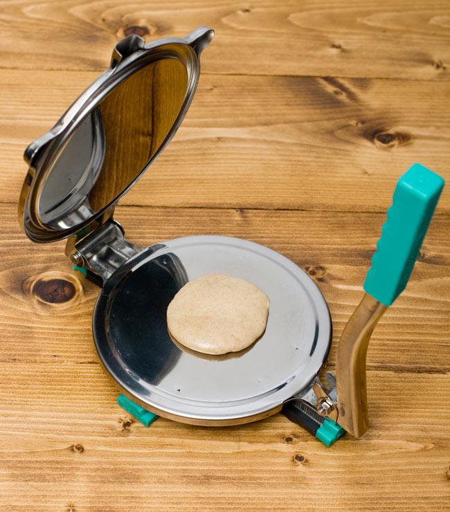 チャパティマシン 5 - 【1】30gのチャパティ生地を少し手で伸ばしてセットしました。油を塗るか打ち粉をしないと張り付いてしまうのでご注意!つるつるのクッキングシートもいいですね。(こちらはプラスチック部分が色違いの商品となります)