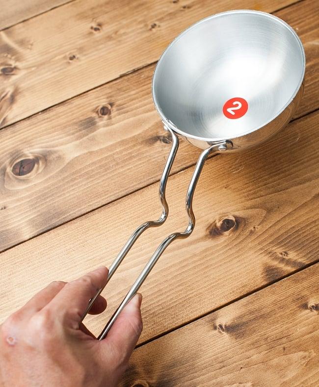 タルカパン[特大]- アルミ【34cm】インド料理でスパイスをテンパリングする調理器具 5 - 手に取るとこれくらいの大きさです。