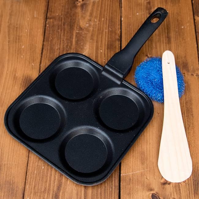 ウタパムメーカー 南インド料理UTTAPAM用フライパン 2 - 一度に4個作れます。分けて作れるので、味を変えたりもできますね。簡易的なたわしと、ヘラも付いてきます。