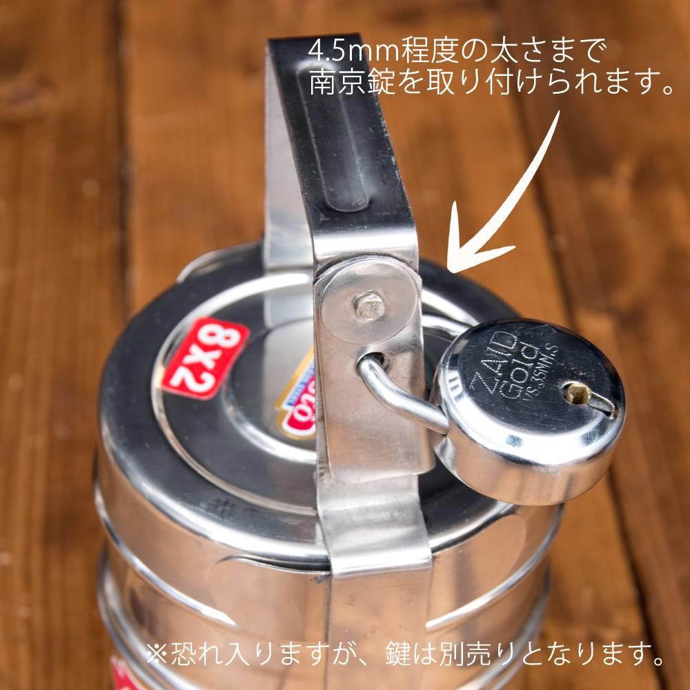 鍵が掛かる!インド3段ボンベイ弁当箱 ダッバーワーラー仕様【直径:約10cm 高さ:約19.5cm】 3 - 当店で別売りしている、南京錠を付けてみたところです。(南京錠は付属いたしません。)