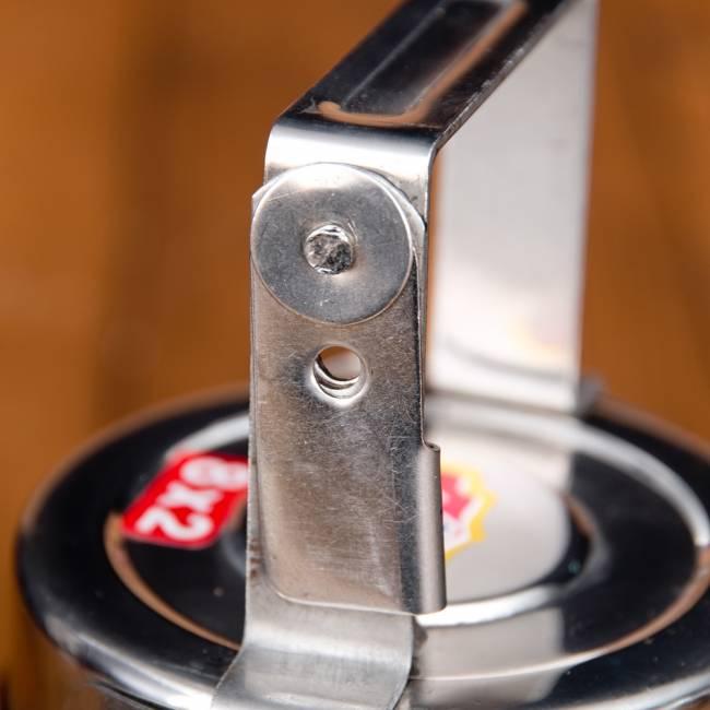 鍵が掛かる!インド3段ボンベイ弁当箱 ダッバーワーラー仕様【直径:約10cm 高さ:約19.5cm】 7 - こちらが留め具の部分になります