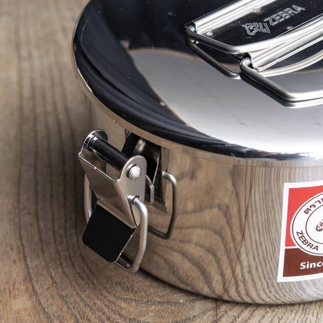 鍋にもなる タイのステンレス弁当箱 ZEBRAブランド - 12cm 3 - 留め具の箇所になります。SUS304ステンレスが肉厚に用いられており、耐久性に優れています。