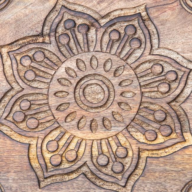 手彫りのマンゴーウッドトレー スクエアSサイズ【30.5cm】 3 - センターの模様です。