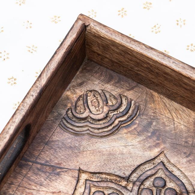 手彫りのマンゴーウッドトレー スクエアSサイズ【30.5cm】 4 - 四隅の模様です。