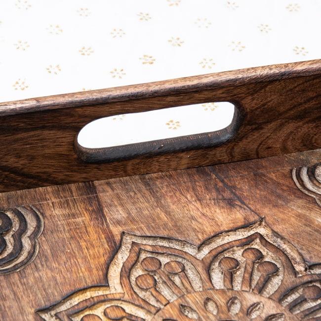 手彫りのマンゴーウッドトレー スクエアSサイズ【30.5cm】 5 - 取り回しのいい取っ手がついています。