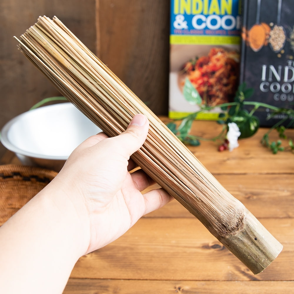 タイの竹製鍋洗い ささら 6 - 手に持ってみました。