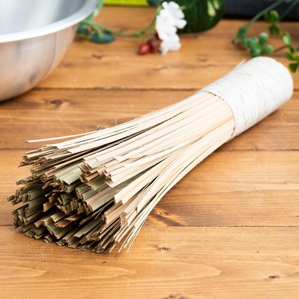 タイの竹製鍋洗い ささら - グリップ付き 2 - フライパンや中華鍋を洗う際に鍋肌を傷つけず コゲや汚れだけをこそぎ落とします。