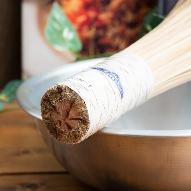 タイの竹製鍋洗い ささら - グリップ付き 4 - 弾力のある竹がしなって鍋の局面に寄り添ってくれるので 軽い力でこするだけでOKです。