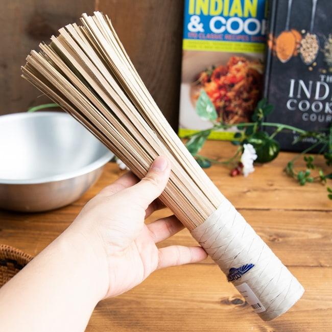 タイの竹製鍋洗い ささら - グリップ付き 6 - 手に持ってみました。