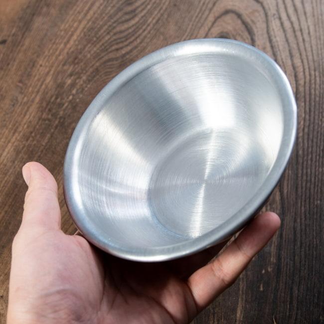 キャンプにも便利なアルミボウル ミキシングボウル〔約14.2cm×約4.5cm〕 シンプルだけど、ぬくもりあるタイの食器 6 - このくらいのサイズ感になります