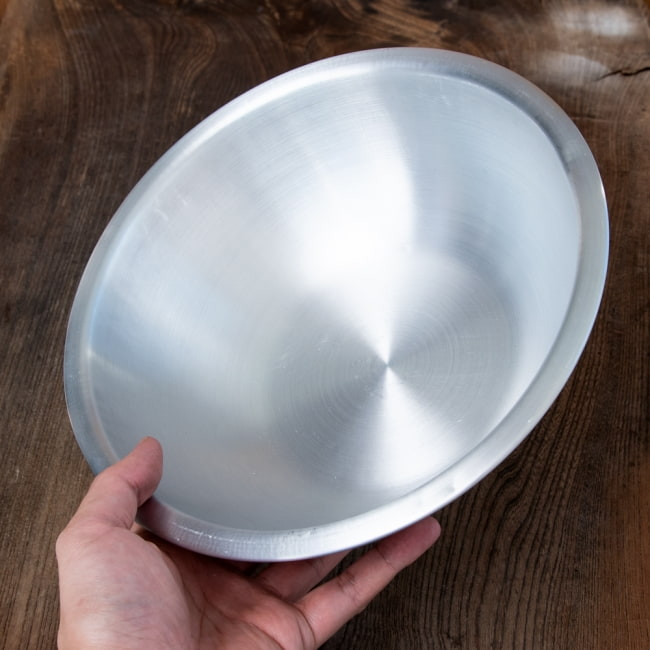 キャンプにも便利なアルミボウル ミキシングボウル〔約24.5cm×約7.5cm〕 シンプルだけど、ぬくもりあるタイの食器 6 - このくらいのサイズ感になります