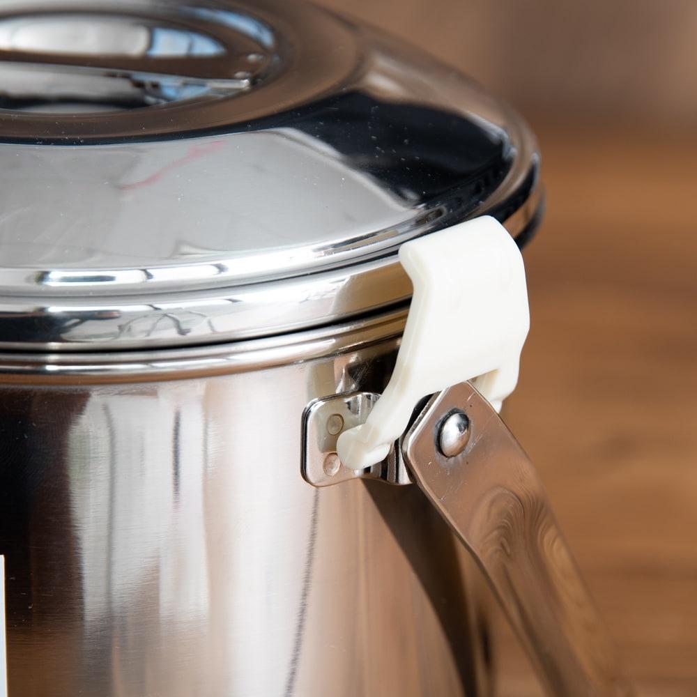 〔12cm 1.4L〕ブッシュクラフトの定番 ゼブラ社のビリー缶・ビリーポット 焚き火とキャンプの直火調理へ〔ステンレスSUS304製〕 9 - プラスチックなので、直火で使用する際は外す必要があります。DIYで針金に変える人が多いです。