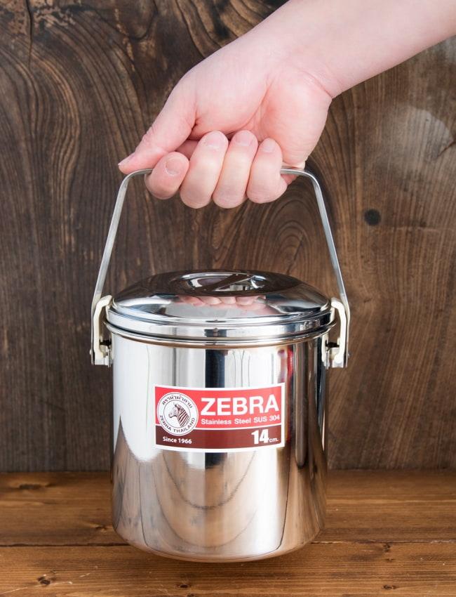 〔14cm 2L〕ブッシュクラフトの定番 ゼブラ社のビリー缶・ビリーポット 焚き火とキャンプの直火調理へ〔ステンレスSUS304製〕 15 - このくらいのサイズ感になります
