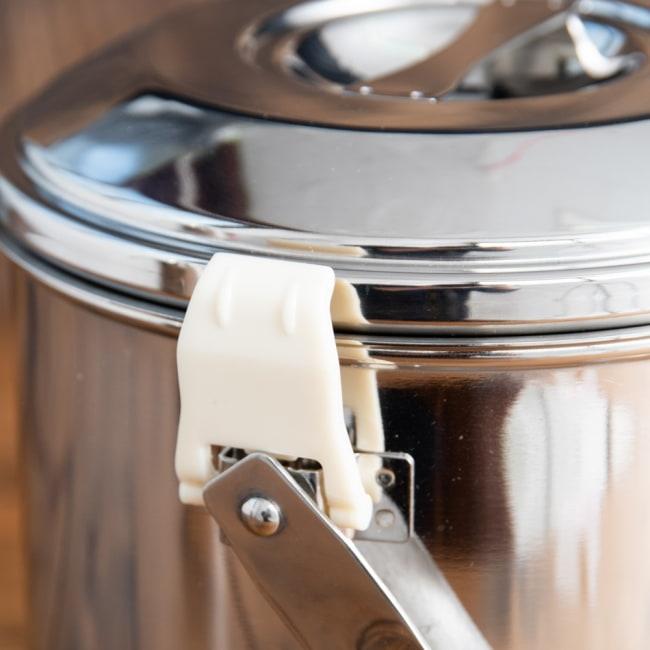 〔14cm 2L〕ブッシュクラフトの定番 ゼブラ社のビリー缶・ビリーポット 焚き火とキャンプの直火調理へ〔ステンレスSUS304製〕 9 - プラスチックなので、直火で使用する際は外す必要があります。DIYで針金に変える人が多いです。