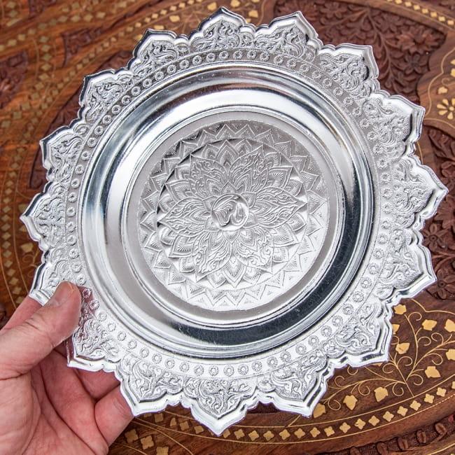 タイのお供え入れ 飾り皿 - 直径:約22cm 6 - 手に取るとこれくらいの大きさになります。