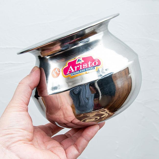 ステンレスのビリヤニ鍋 2〜3人分サイズ(約1400cc) 4 - 手に取るとこれくらいのサイズ感です。
