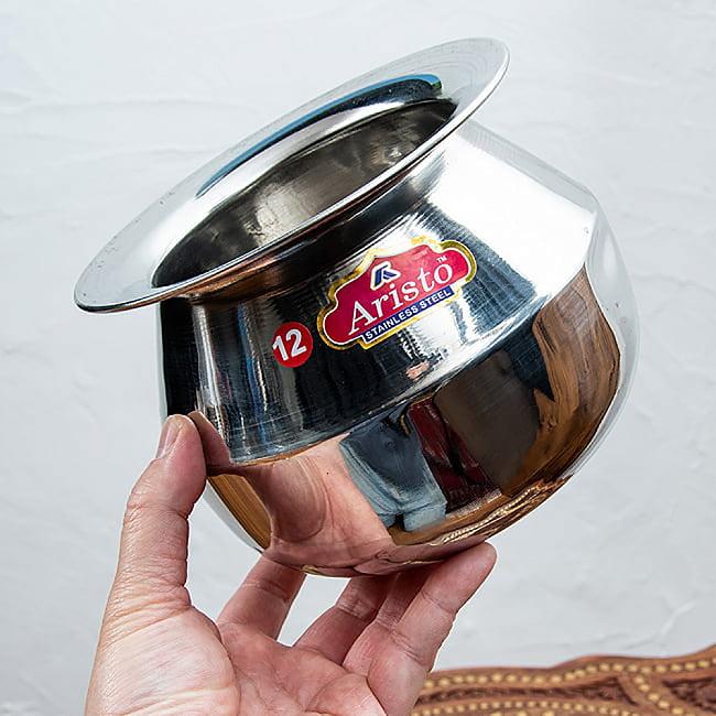 ステンレスのビリヤニ鍋 3人分以上サイズ(1800cc) 4 - 手に取るとこれくらいのサイズ感です。