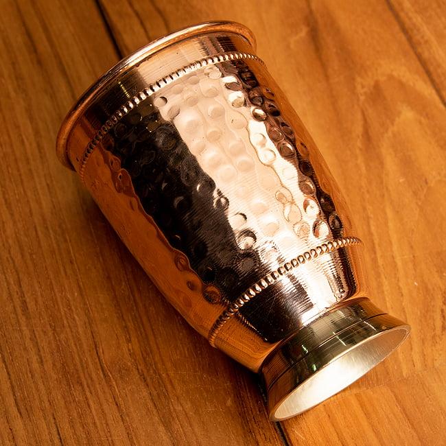 インドの鎚目付き銅装飾コップ【高さ:12.5cm×直径:8.5cm】 2 - 槌目仕上げが複雑に反射して美しいです。
