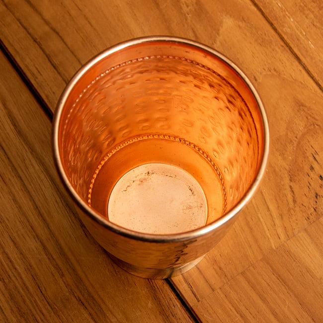 インドの鎚目付き銅装飾コップ【高さ:12.5cm×直径:8.5cm】 3 - 飲み口の部分は丸め加工がなされています。