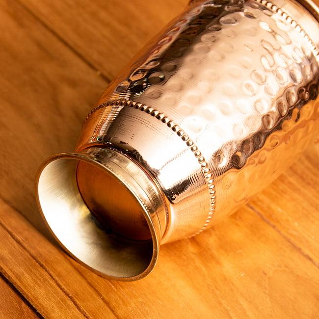 インドの鎚目付き銅装飾コップ【高さ:12.5cm×直径:8.5cm】 4 - 土台部分はブラス製です。