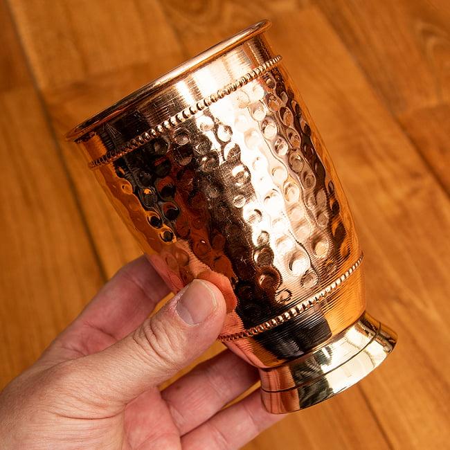 インドの鎚目付き銅装飾コップ【高さ:12.5cm×直径:8.5cm】 5 - 手に取るとこれくらいの大きさです。