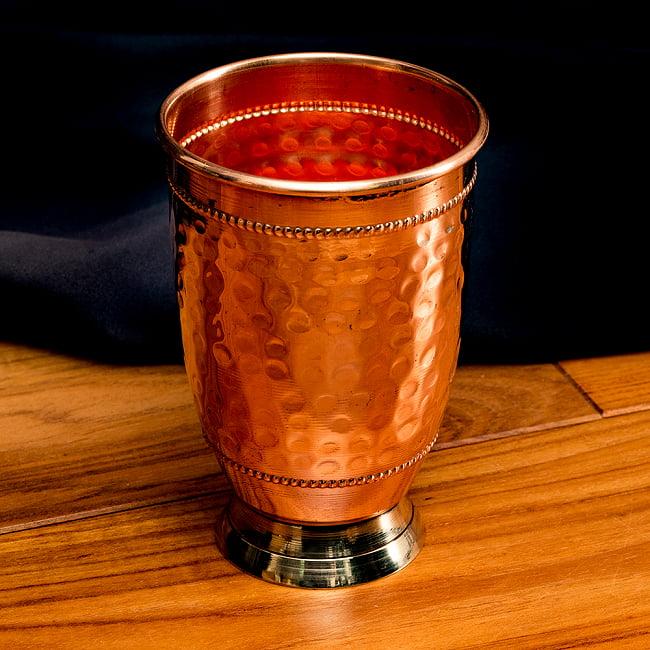 インドの鎚目付き銅装飾コップ【高さ:12.5cm×直径:8.5cm】の写真