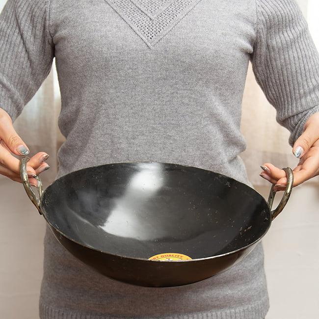 インドの屋台用鉄製カダイ(インド鍋 鉄鍋) - 直径約30cm 8 - このくらいのサイズ感になります